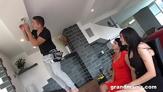 The repair guy ends up ramming both the hot mature and her niece