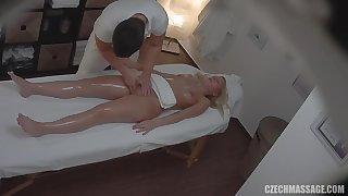 Czech masseur fucks sexy buyer in his assignment